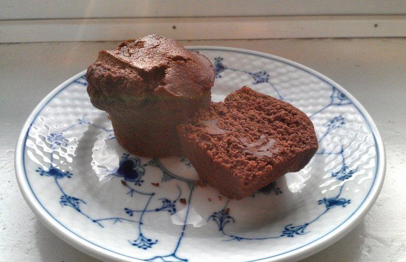 Chokomuffins med kaffe og chokoladestykker