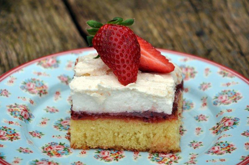 Bedstfarsskæg med jordbær/stikkelsbærkompot