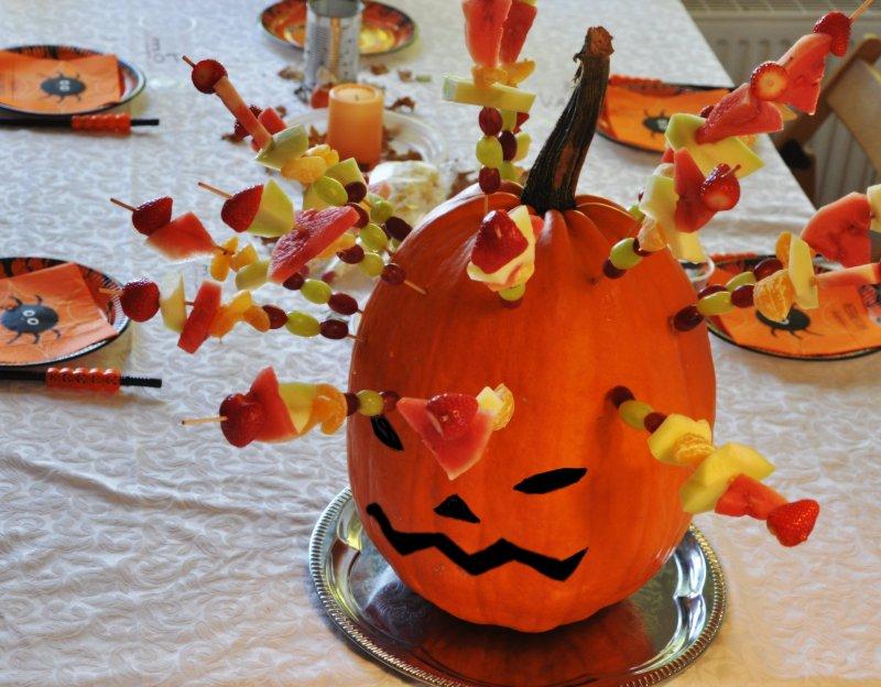 Halloween græskar hoved med frugtspyd