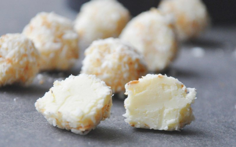 Hvide chokoladetrøfler med ristet kokos