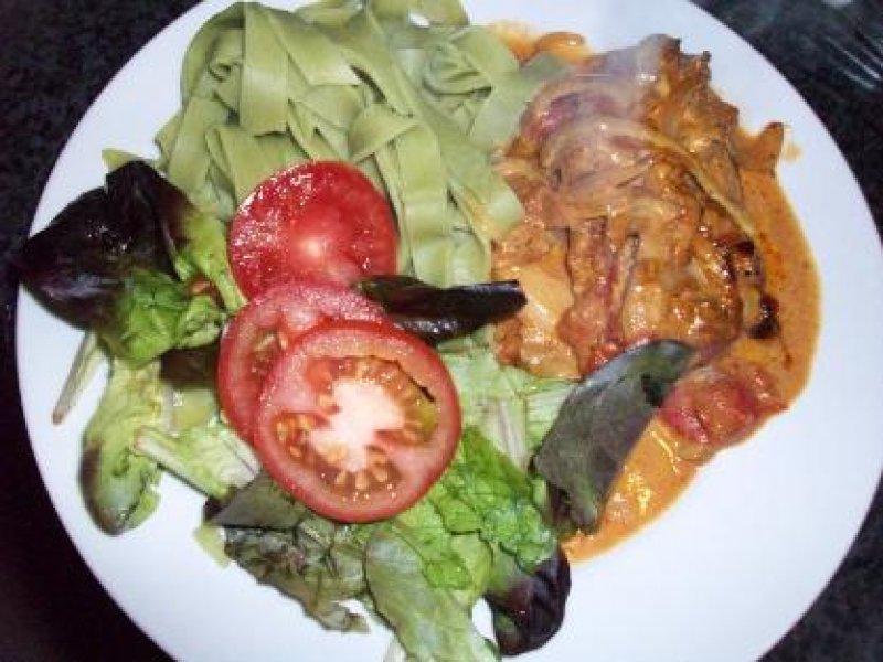 Koteletter i senneps/fl�de-sauce m. gr�n pasta