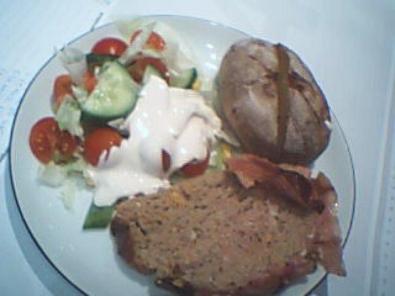Farsbrød med bacon.Bagtekartofler & salat