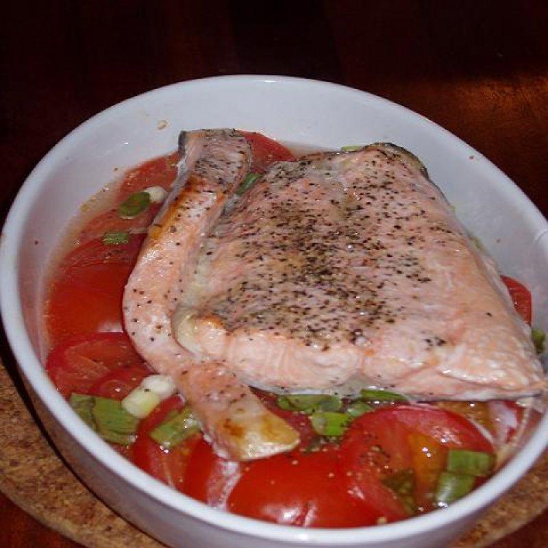 Laksefilet i fad med tomater og forårsløg