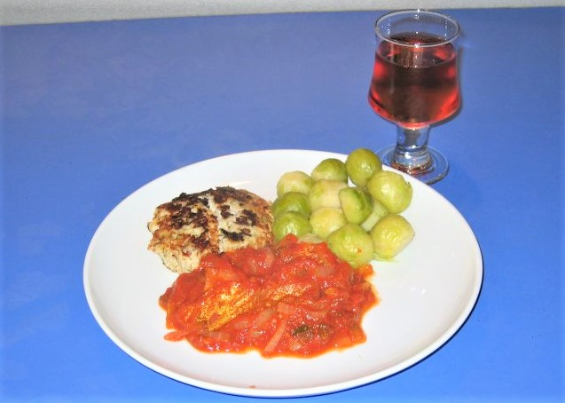 Saltvandsbøf med varm tomatsky og rosenkål